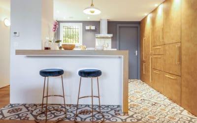 Transformation d'un salon avec cuisine ouverte, rangement sous escalier, esprit scandinave