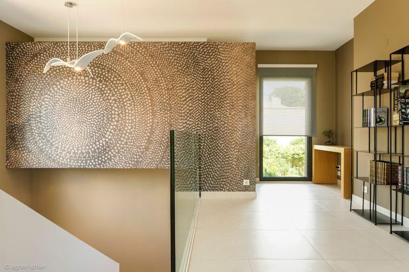 Décoration au design épuré d'un escalier et d'un salon, création meuble sous escalier